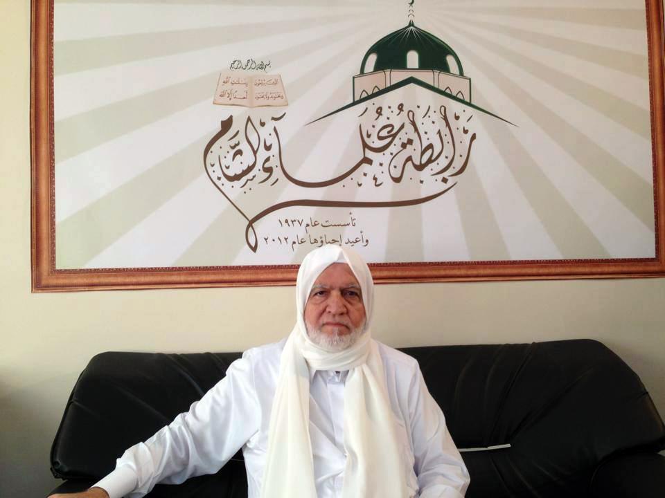 الشيخ أسامة الرفاعي، رئيس رابطة علماء الشام في مكتبه باسطنبول (عنب بلدي)