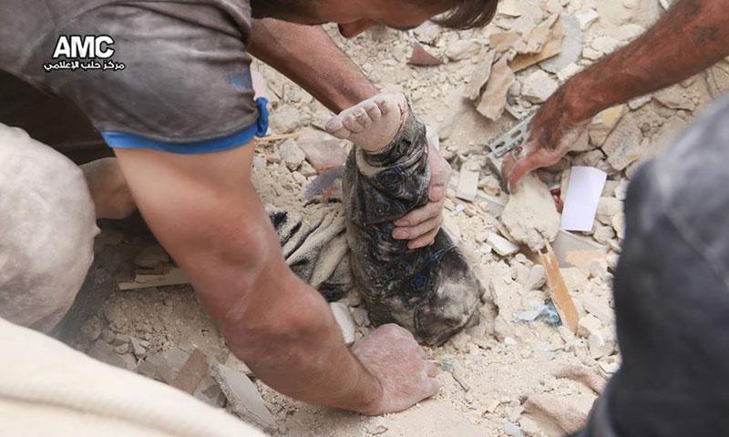 الدفاع المدني ينتشل طفلة قتلت جراء الغارات الجوية على حي المرجة في مدينة حلب- الجمعة 23 أيلول (مركز حلب الإعلامي)