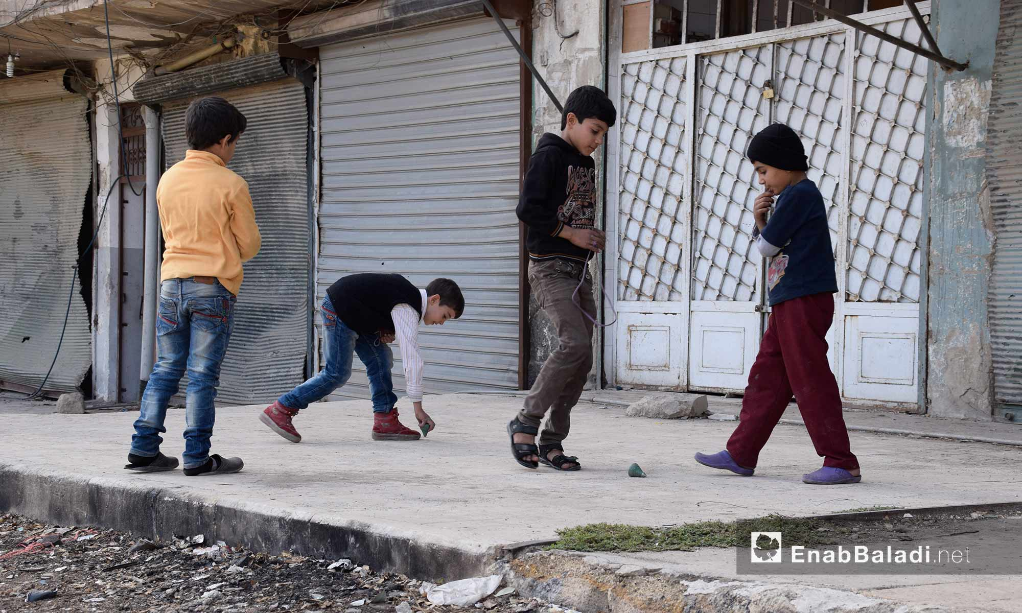 مراسل عنب بلدي في مدينة حلب التقط صورًا للأطفال، الاثنين 21 تشرين الثاني، في حي القاطرجي أثناء تغطيته القصف على الحي، في ذات اليوم الذي أصيب فيه بشظايا استقرت في كتفه، جراء غارة بالصواريخ العنقودية على حي المواصلات.