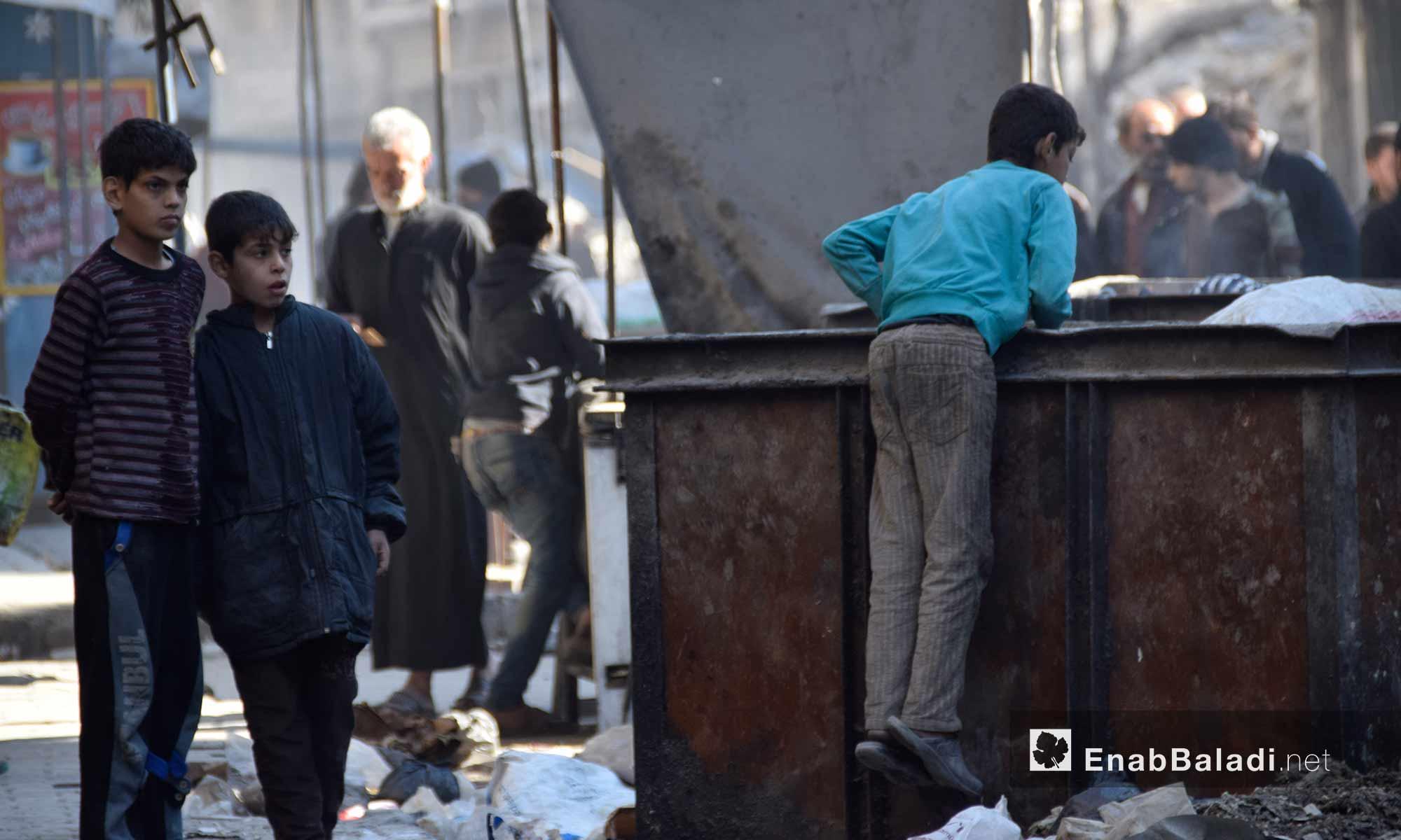 ربما فضّل هؤلاء الأصدقاء الثلاثة، انتهاز الفرصة للبحث عن لقمة تسد رمقهم، عوضًا عن اللعب أو الدراسة أو ممارسة أي هواية ما عادت تنفع في حلب الشرقية، في ظل الحصار والهجمة العسكرية الواسعة عليها. التقطت كاميرا عنب بلدي صورًا للأطفال الثلاثة، الاثنين 21 تشرين الثاني، في حي الشعار الذي كان شاهدًا خلال الأيام القليلة الفائتة على مجازر بحق سكانه.