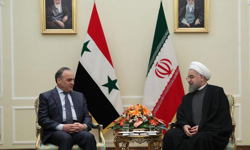 رئيس حكومة النظام عماد خميس، والرئيس الإيراني حسن روحاني (AFP)