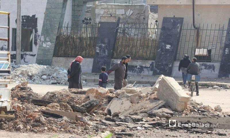 أهالي حي الوعر يخرجون لقضاء حوائجهم بعد التهدئة وتوقف القصف - 8 آذار 2017 (عنب بلدي)