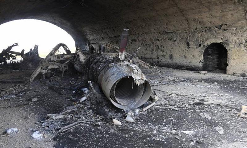 طائرة مدمرة في هنغار داخل مطار الشعيرات- الجمعة 7 نيسان (وكالات)