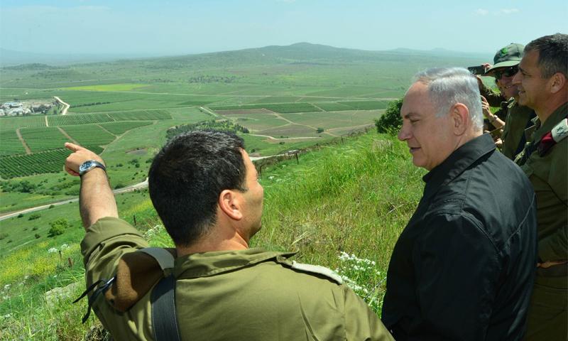 رئيس الوزراء الإسرائيلي بنيامين نتنياهو، يعاين الجانب السوري من الجولان المحتل مع قادة عسكريين - نيسان 2016 (إنترنت)