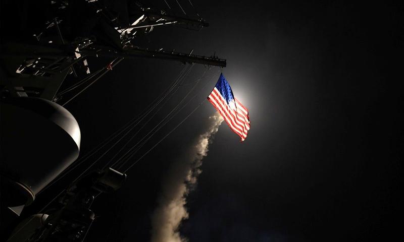 صاروخ توماهوك ينطلق من قاعدة أمريكية شرق المتوسط لاستهداف مطار الشعيرات بريف حمص - 7 نيسان 2017 (رويترز)