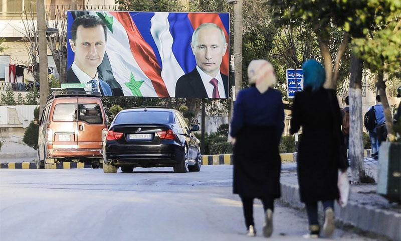 لافتة لرئيس النظام السوري بشار الأسد إلى جانب الرئيس الروسي فلاديمير بوتين - 5 آذار 2017 -(AFP)