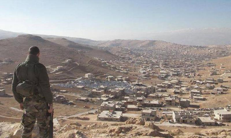 عنصر في الجيش اللبناني على مشارف قرية عرسال الحدودية بين لبنان وسوريا - (انترنت)