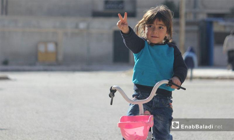 طفلة تلعب بدراجتها الهوائية في حي الوعر مدينة حمص - 2 شباط 2017 (عنب بلدي)