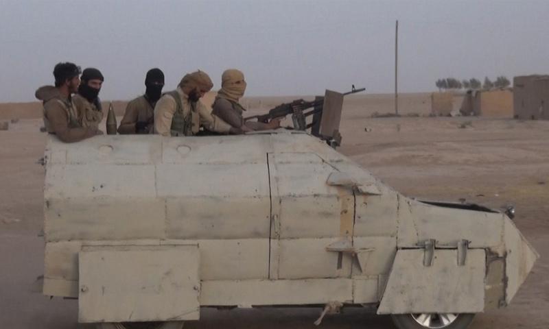 عناصر من تنظيم الدولة الإسلامية خلال المعارك في البادية السورية - 4 تشرين الأول 2017 (أعماق)