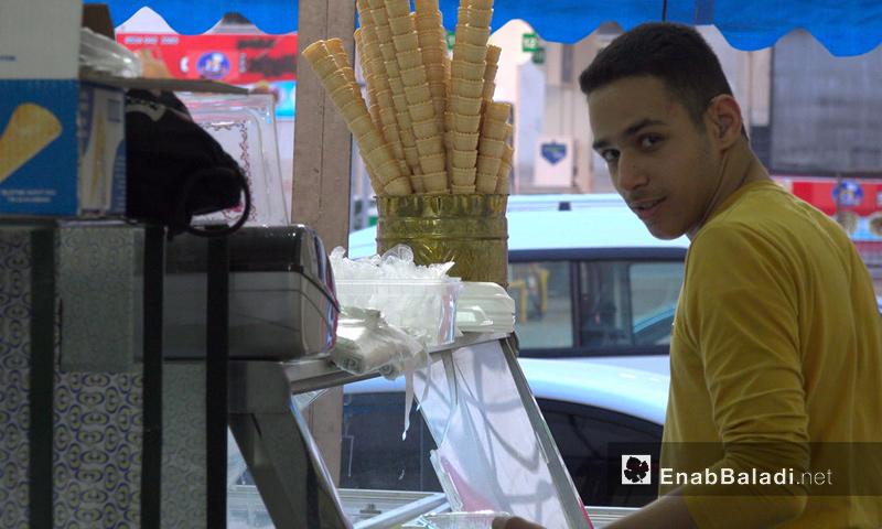 شاب سوري في محل يقدم البوظة في غازي عنتاب التركية (عنب بلدي)