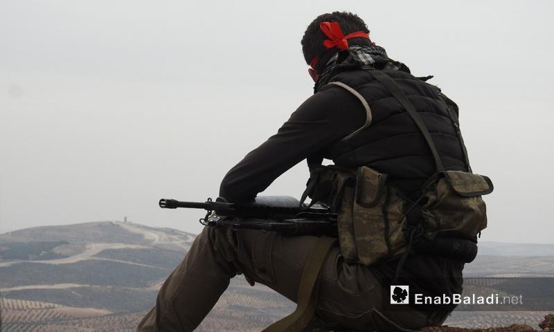 عنصر من الجيش الحر على محور شران بريف مدينة عفرين - 11 شباط 2018 (عنب بلدي)