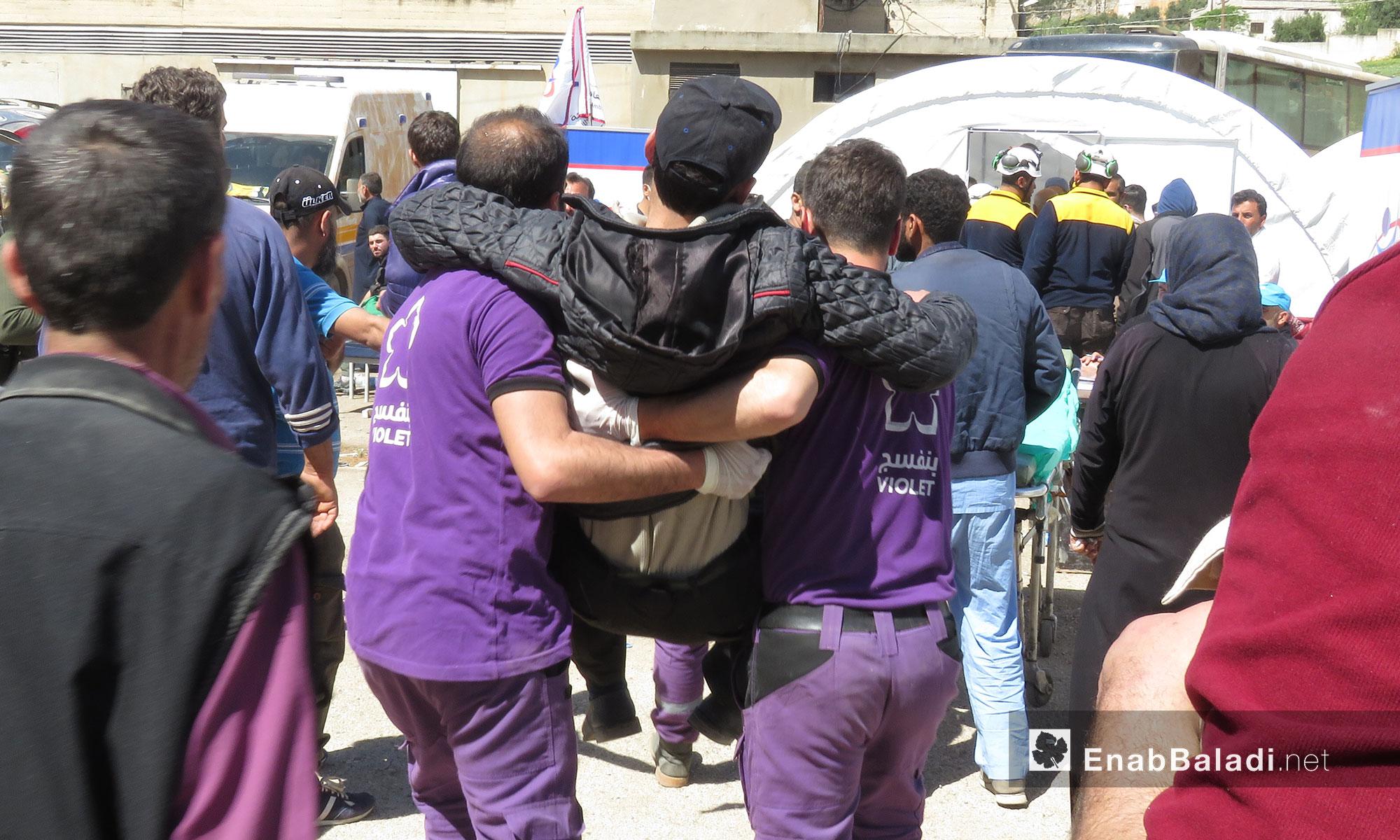 إسعاف جرحى مهجرو عربين لحظة وصولهم قلعة المضيق بريف حماة - 26 آذار 2018 (عنب بلدي)
