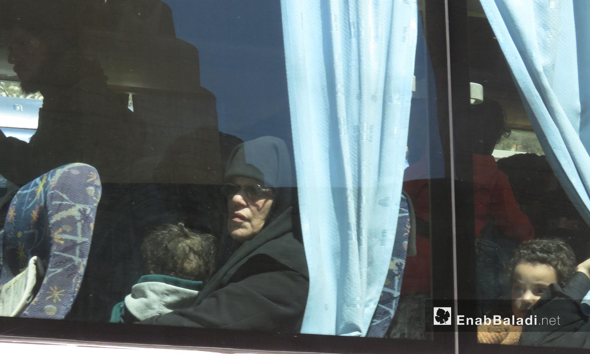 إمراة من مهجرو عربين لحظة وصولهم إلى قلعة المضيق بريف حماة - 26 آذار 2018 (عنب بلدي)
