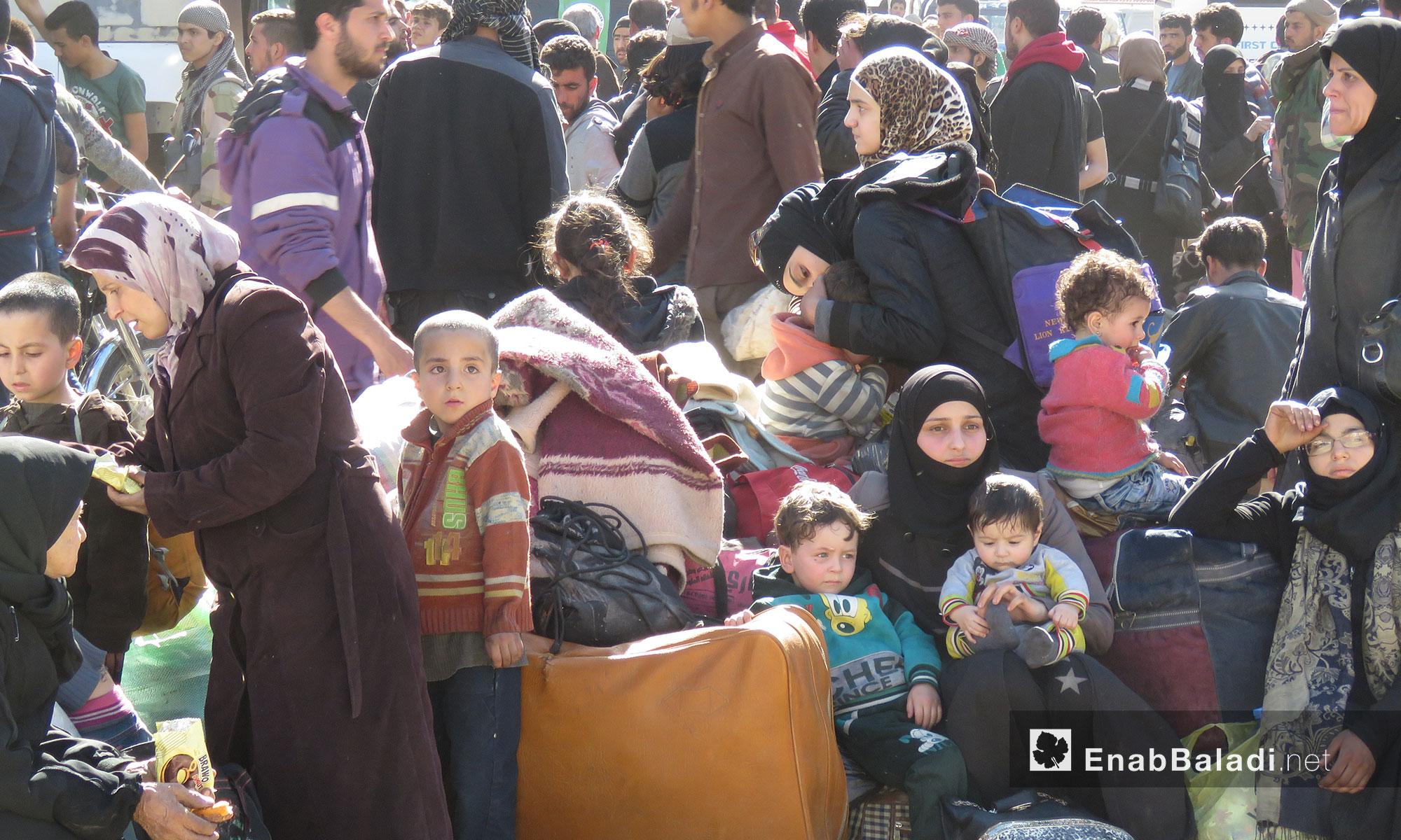مهجرو عربين لحظة وصولهم إلى قلعة المضيق بريف حماة - 26 آذار 2018 (عنب بلدي)