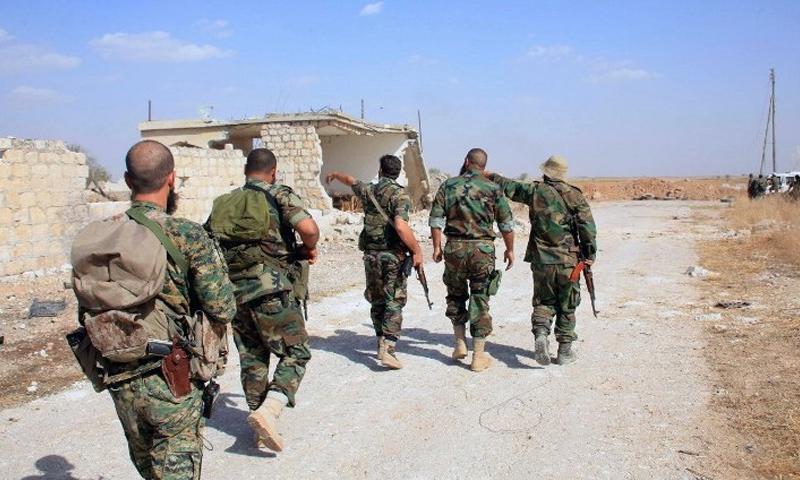 عناصر من قوات الأسد في محيط مدينة الرستن شمالي حمص - آذار 2017 (فيس بوك)