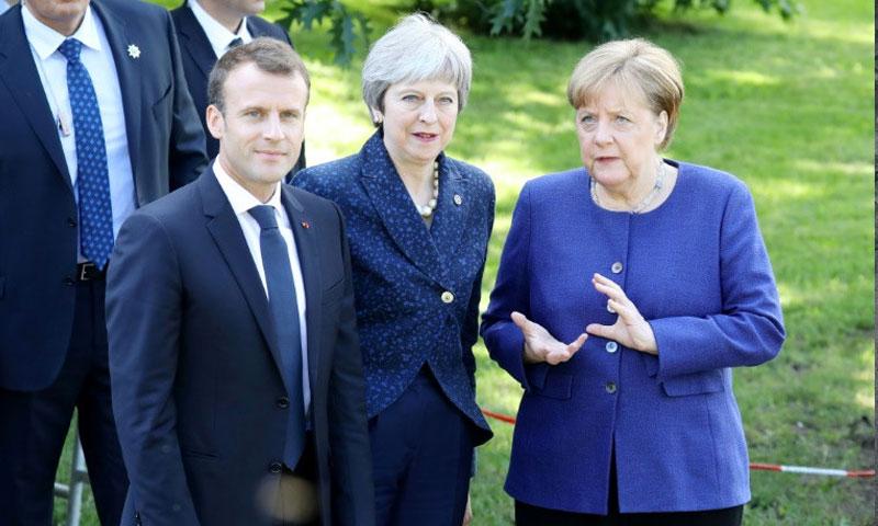 المستشارة الألمانية انجيلا ميركل ورئيسة الحكومة البريطانية تيريزا ماي، والرئيس الفرنسي ايمانويل ماكرون خلال مشاركتهم في قمة بين الاتحاد الأوروبي ودول البلقان - 17 ايار 2018 (AFP)
