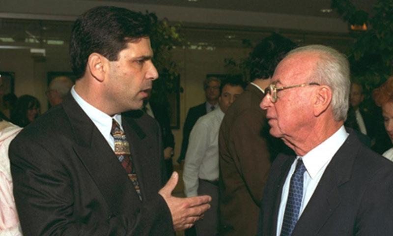رئيس الوزراء الإسرائيلي السابق إسحاق رابين مع وزير الطاقة السابق غونين سيغيف (رويترز)
