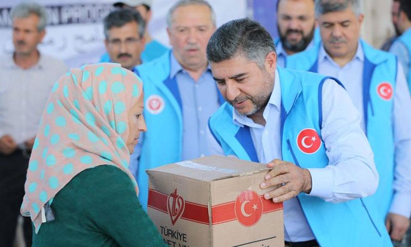 عمال وقف الديانة التركي أثناء تقديم المساعدات في عفرين شمالي سوريا أيار 2018( صفحة وقف الديانة على فيس بوك)