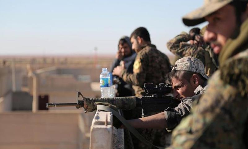 عناصر من قوات سوريا الديمقراطية في أثناء معارك الرقة - 2017 (انترنت)