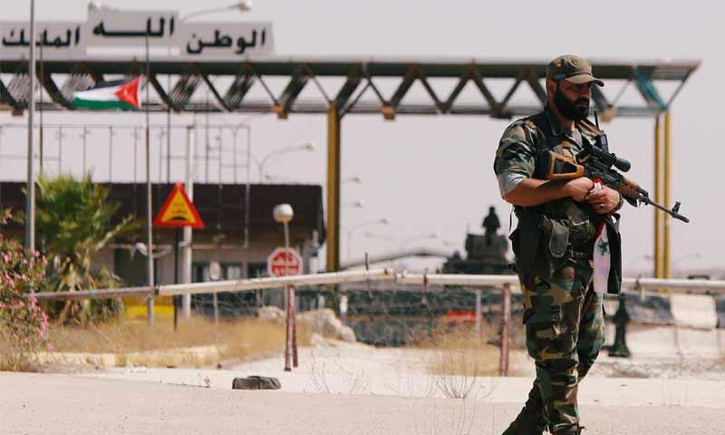 جندي سوري يقف أمام معبر نصيب الحدودي مع الأردن في درعا - 7 تموز 2018 (رويترز)