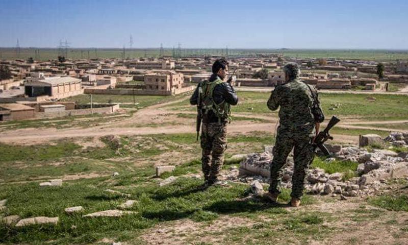 عناصر من قوات الأسد على مشارف الدار الكبيرة في ريف حمص الشمالي - (فيس بوك)