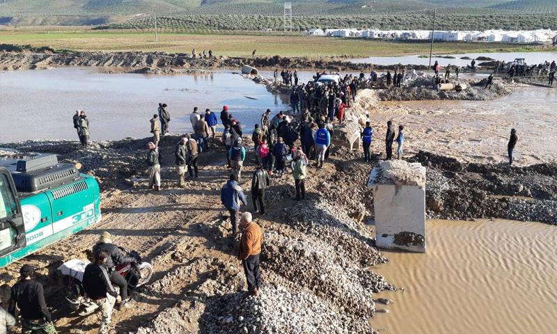 جسر أطمة دير بلوط بعد انهياره جراء الفيضانات - 9 من كانون الثاني 2018 (فيس بوك)