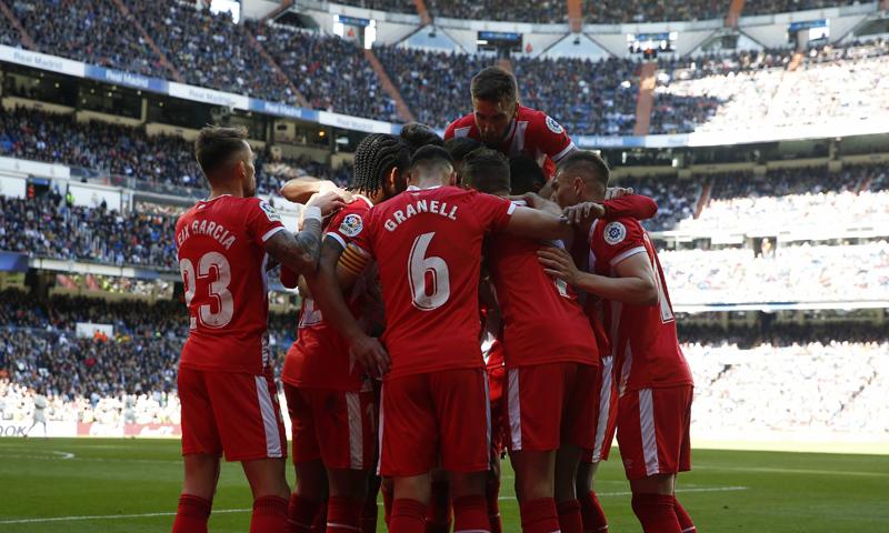 لاعبو نادي جيرونا يحتفلون بتسجيل هدفهم الثاني في شباك ريال مدريد (لا ليغا)