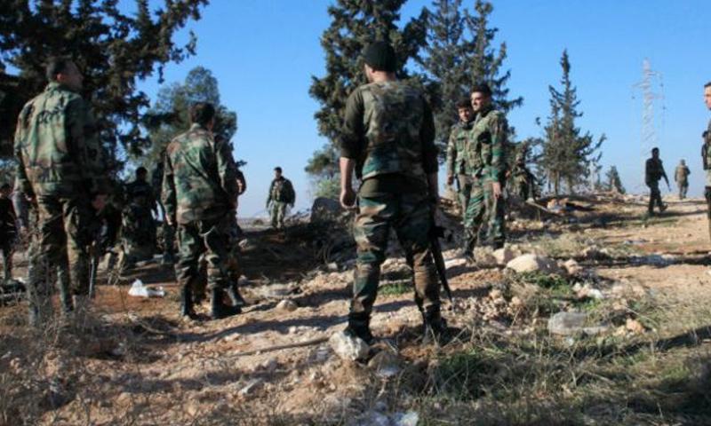 عناصر من قوات الأسد في أثناء معارك درعا جنوبي سوريا (AFP)