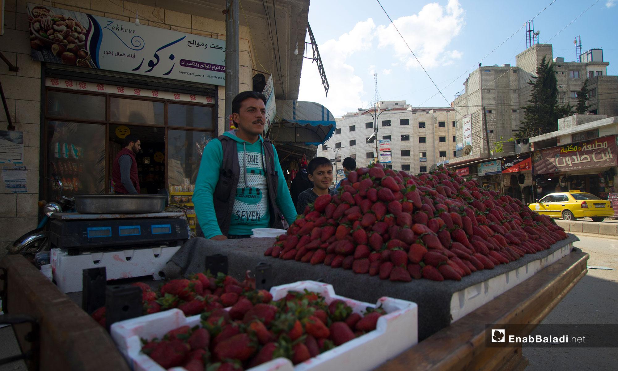 بيع ثمار الفريز في مدينة إدلب - 10 من نيسان 2019 (عنب بلدي)