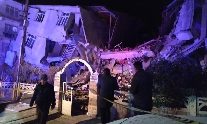 صورة تظهر انهيار مبنى في شرقي تركيا جراء الزلزال - 24 كانون الثاني 2020 (حساب الصحفي رسان رمزي في تويتر)