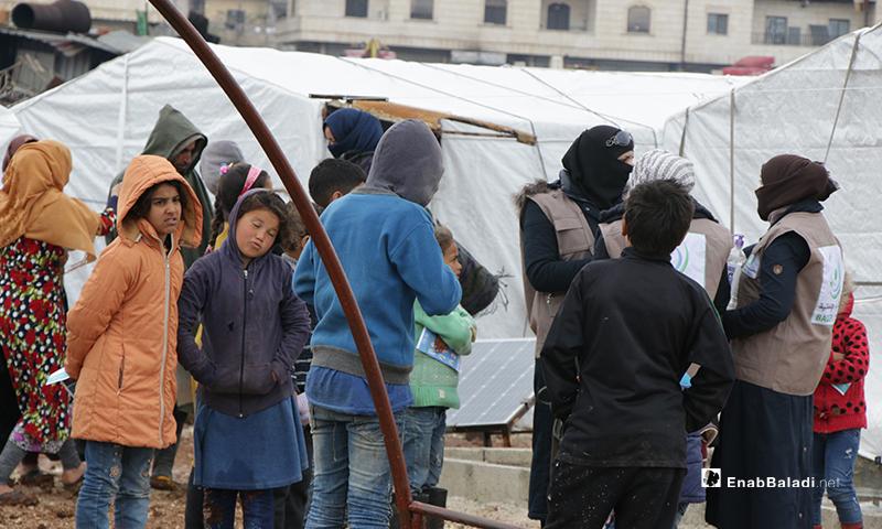 """حملة منظمة """"بادر"""" التطوعية لتوعية أحد المخيمات في مدينة عفرين من أجل الوقاية من فيروس """" كورونا المستجد""""، عبر توزيع المنشورات، وجلسة نسائية عرفوا بها الفيروس وكيفية انتشاره والوقاية منه- 18 من آذار (عنب بلدي)"""