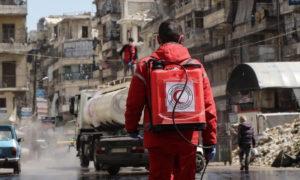 عنصر من الهلال الأحمر خلال عمليات التعقيم في سوريا - 27 آذار 2020 (الهلال الأحمر السوري)