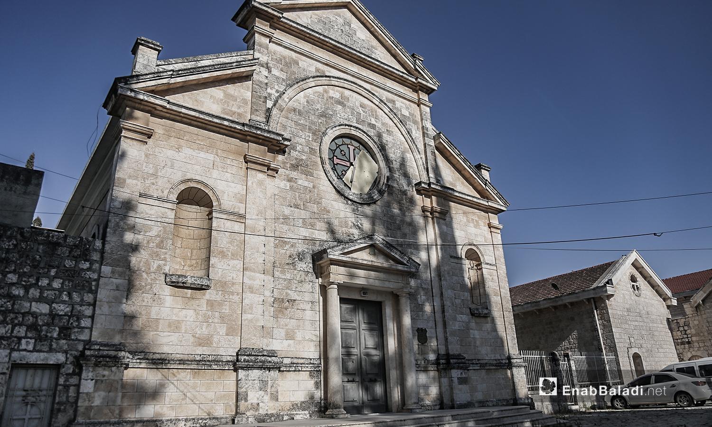 """الواجهة الأمامية لكنيسة """"مار يوسف"""" تحمل بعض آثار الدمار التي لم ترمم - تموز 2020 (عنب بلدي)"""