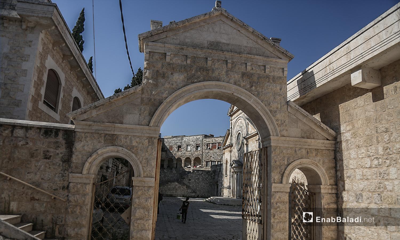 """الباب الحجري لكنيسة """"مار يوسف"""" يوصل إلى باحتها الخلفية - تموز 2020 (عنب بلدي)"""