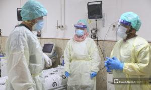 """مجموعة من الممرضين في قسم علاج فيروس """"كورونا المستجد"""" في مشفى الزراعة بمدينة إدلب - 14 حزيران 2020 (عنب بلدي\يوسف غريبي)"""