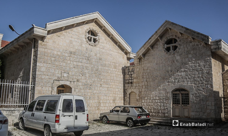 """سيارات في الباحة الخلفية لكنيسة """"مار يوسف"""" في قرية القنية بريف إدلب الغربي - تموز 2020 (عنب بلدي)"""
