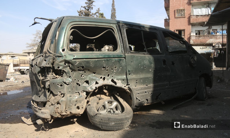 سيارة متضررة من قصف النظام السوري على السوق الشعبي في مدينة أريحا جنوبي إدلب - 28 تشرين الأول 2020 (عنب بلدي/ يوسف غريبي)