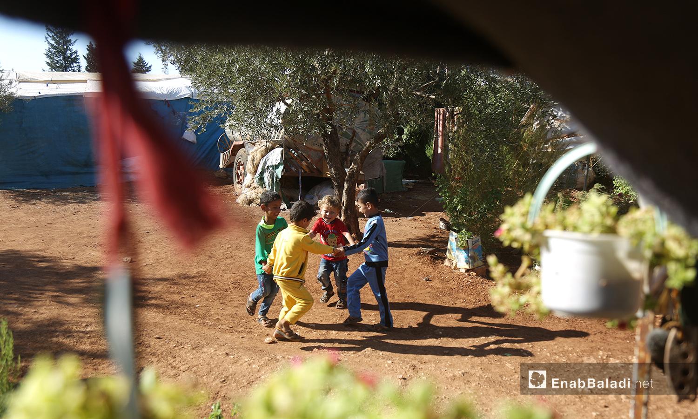 يلعب الأطفال خارج خيامهم بانتظار تجهيز الطعام  - تشرين الأول 2020 (عنب بلدي/ يوسف غريبي)