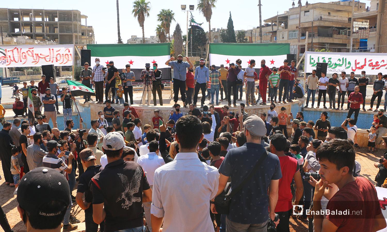 ترددت شعارات المطالبة برحيل روسيا في مظاهرة حصلت في إدلب بعد يومين من الذكرى الخامسة للتدخل العسكري الروسي في سوريا - 2 تشرين الأول 2020 (عنب بلدي/ أنس الخولي)