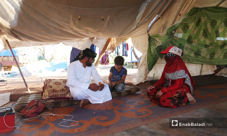 تواسي المزروعات في المخيم إبراهيم في نزوحه وتسمح له ببعض الراحة مع عائلته في الخيمة  - تشرين الأول 2020 (عنب بلدي/ يوسف غريبي)