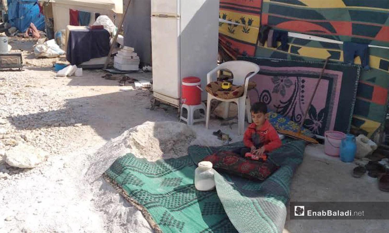 طفل يقطن في مخيم كبتة