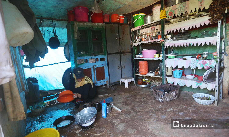 تمكنت نساء المخيم من منح خيامهن شكلًا يشابه منازلهن التي تركنها بعد أن اعتدن على العناية بها وبالمزروعات يوميًا  - تشرين الأول 2020 (عنب بلدي/ يوسف غريبي)