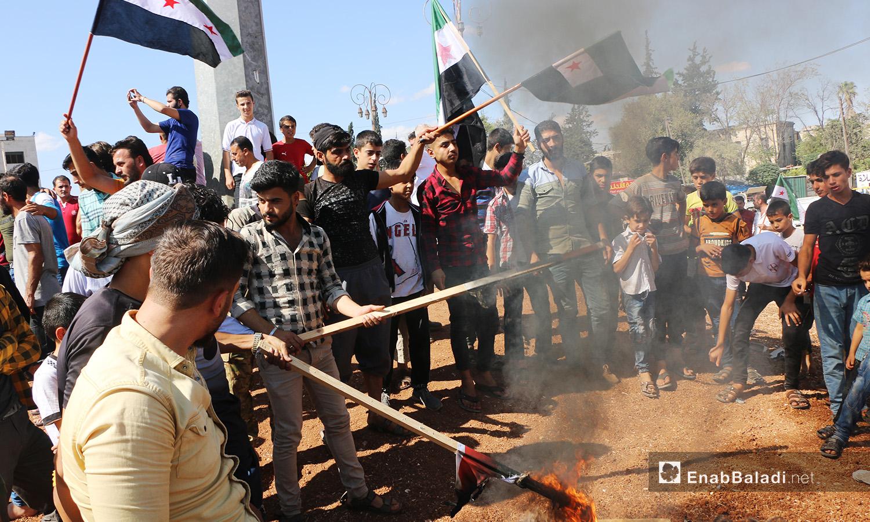 أحرق المتظاهرون في إدلب أعلام النظام السوري احتجاجًا على انتهاكاته - 2 تشرين الأول 2020 (عنب بلدي/ أنس الخولي)
