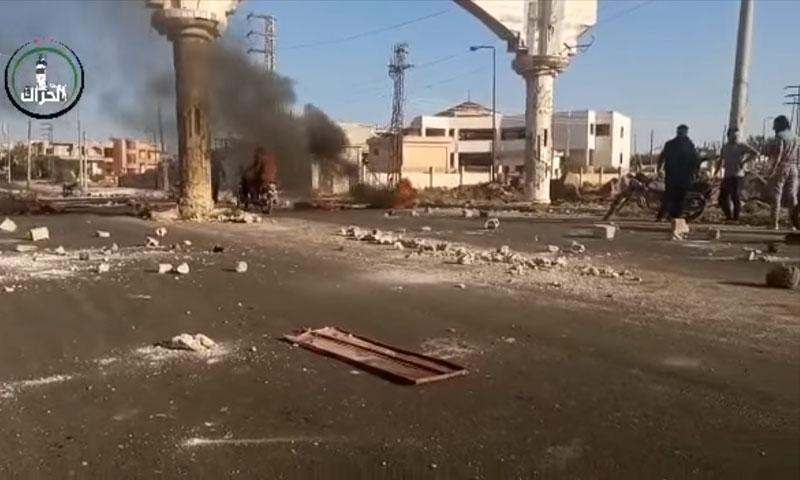 لقطة من تسجيل مصور لمظاهرات وحرق الحاجز في مدينة الحراك في درعا 26 من تشرين الأول 2020 (مدينة الحراك/ فيس بوك)