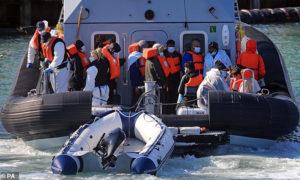مهاجرون كشف دخولهم مياه المملكة المتحدة - 10 من تشرين الأول 2020 (Association Press)