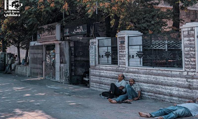 مواطنون ينتظرون تعبئة البنزين في تشرين الأول (عدسة شاب دمشقي)