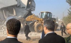 صورة تظهر محافظ حماة أثناء إشرافه على هدم المنازل في حماة
