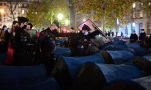الشرطة الفرنسية تقمع مهاجرين في باريس - 23 تشرين الثاني 2020 (AFP)