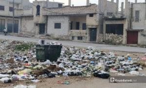 النفايات المرمية قرب الحاويات في مدينة الرستن بريف حمص الشمالي - تشرين الثاني 2020 (عنب بلدي/ عروة المنذر)