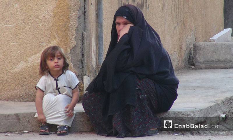 Archival photo for a woman and a girl in Sheikh Yassin neighborhood in the city of Deir ez-Zor - 2013-2014 (Enab Baladi)